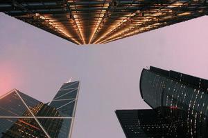 arranha-céus de escritórios de negócios do centro da cidade com céu crepuscular foto
