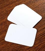 cartões de visita em branco sobre um fundo de madeira foto