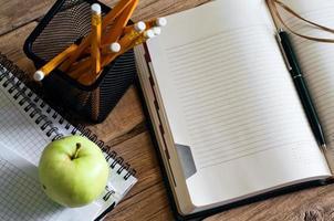 bloco de notas aberto com páginas limpas closeup foto
