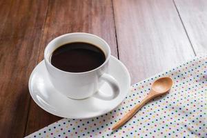 xícara de café sobre fundo de madeira foto