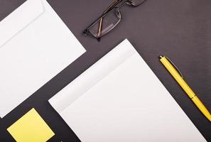 bloco de notas com caneta amarela e adesivos foto