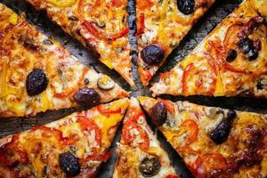 pizza cortada em fatias foto
