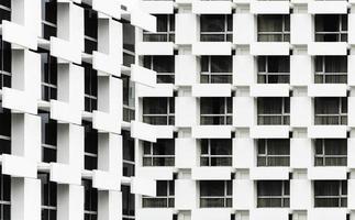 janelas de edifícios de escritórios em segundo plano foto