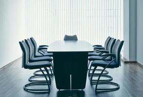 mesa e cadeiras no escritório foto
