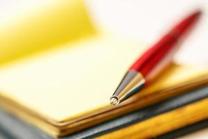 blocos de papel com caneta foto