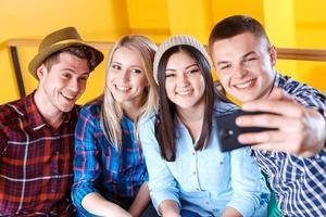 amigos felizes fazendo fotos em um café