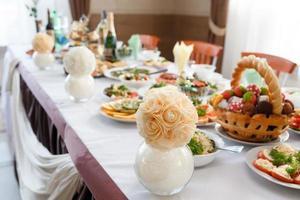 servido para uma mesa de banquete foto