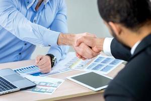 handshake de transação de títulos. empresário confiante, apertando as mãos foto