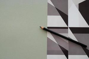 lápis sobre fundo cinza e impressão gráfica