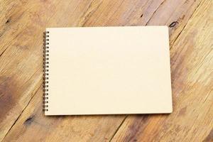 caderno na mesa de madeira foto