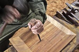 ferramenta de carpinteiro formão de madeira trabalhando fundo de madeira foto
