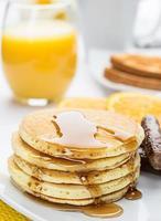 panqueca e salsicha café da manhã foto