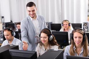 gerente assistindo sua equipe de negócios