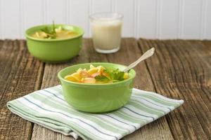 tigela de sopa de galinha foto