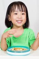 pequeno asain chinês comendo pizza foto