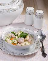 sopa com almôndegas e bolinhos