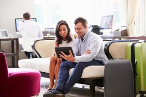 dois empresários tendo reunião no lobby do hotel foto