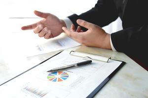 caneta e gráfico de negócios em reunião de negócios foto