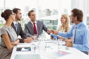 jovens empresários em reunião de sala de diretoria foto