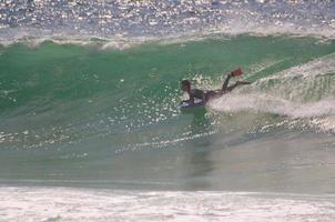 pensionista do corpo, montando uma grande onda