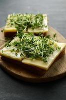 pão saboroso com enfeite de queijo e agrião foto