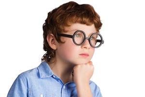 retrato de menino pensativo bonito em copos redondos. isolado em foto
