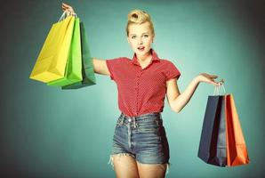 menina com estilo retrô de sacos de compras foto