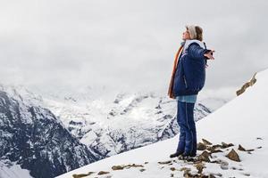 menina top montanhas neve