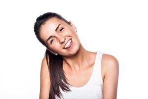 menina sorridente alegre feliz em branco foto