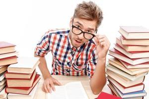 aluno positivo estudando na biblioteca foto