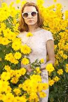 mulher no jardim com óculos de sol foto