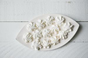 merengue doce doce na mesa de madeira foto
