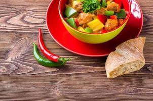 goulash delicioso na mesa de madeira