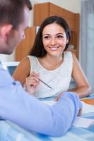 agente imobiliário, explicando a oferta ao cliente no escritório foto