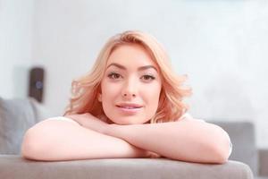 mulher jovem e bonita relaxando em casa foto