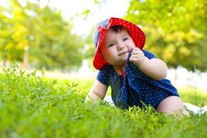 retrato de uma moça no gramado foto