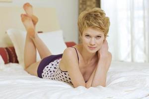 jovem mulher na cama foto