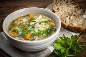 sopa de galinha com arroz e legumes foto