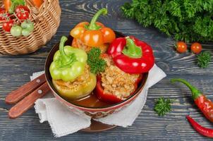 pimentos recheados com arroz e carne foto