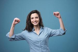 mulher alegre com os punhos levantados