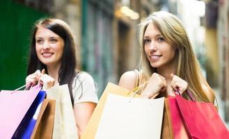 meninas com sacolas de compras foto
