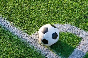 futebol no campo de grama verde na conner pronto para chute foto