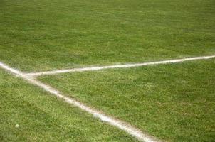 linhas brancas em um campo de futebol foto