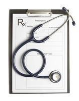 estetoscópio e prescrição em fundo branco isolado foto