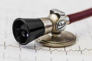 conceito de rastreamento e estetoscópio de pulso de eletrocardiograma para exame médico cardiovascular foto