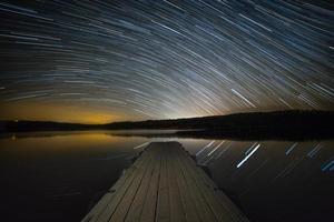 Startrails sobre o lago. foto