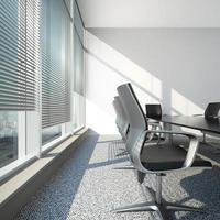 interior com persianas e mesa de escritório foto