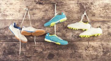 calçados esportivos no chão foto