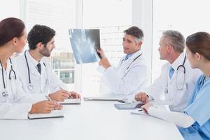 médico segurando um raio-x foto