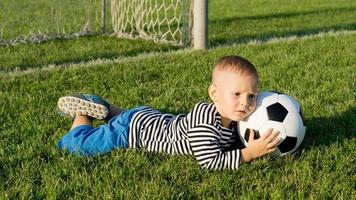 garotinho salva um objetivo foto